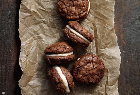 """<strong>Get the <a href=""""http://www.bakersroyale.com/brownies/brownie-sandwich-cookies-with-salted-caramel-creme-filling/"""" ta"""