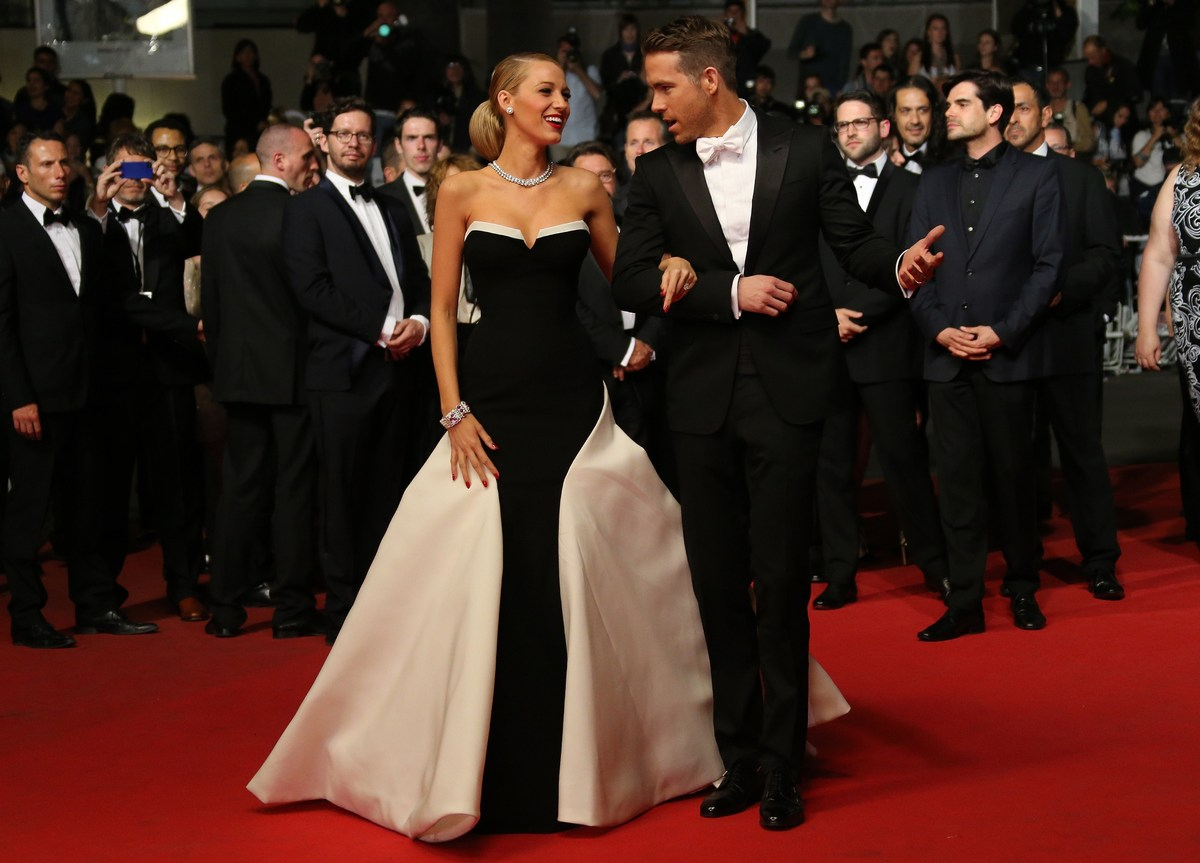 Canadian actor Ryan Reynolds and his wife US actress Blake Lively pose as they arrive for the screening of the film 'Captives
