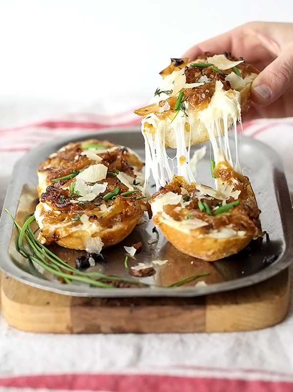 "<strong>Get the <a href=""http://www.foodiecrush.com/2014/01/french-onion-cheese-bread/"" target=""_blank"">French Onion Cheese B"