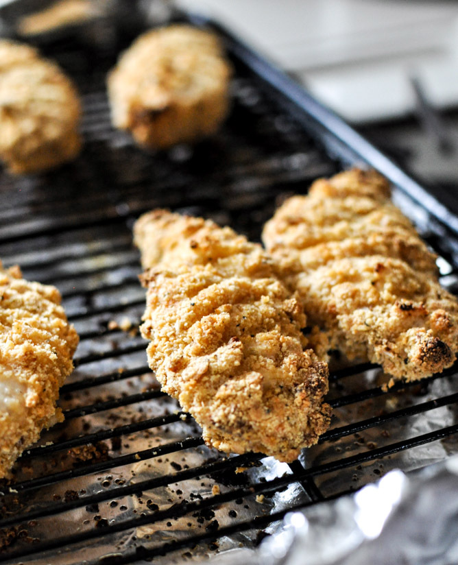 "<strong>Get the <a href=""http://www.howsweeteats.com/2013/01/buttermilk-almond-crusted-chicken-fingers/"" target=""_blank"">Butt"