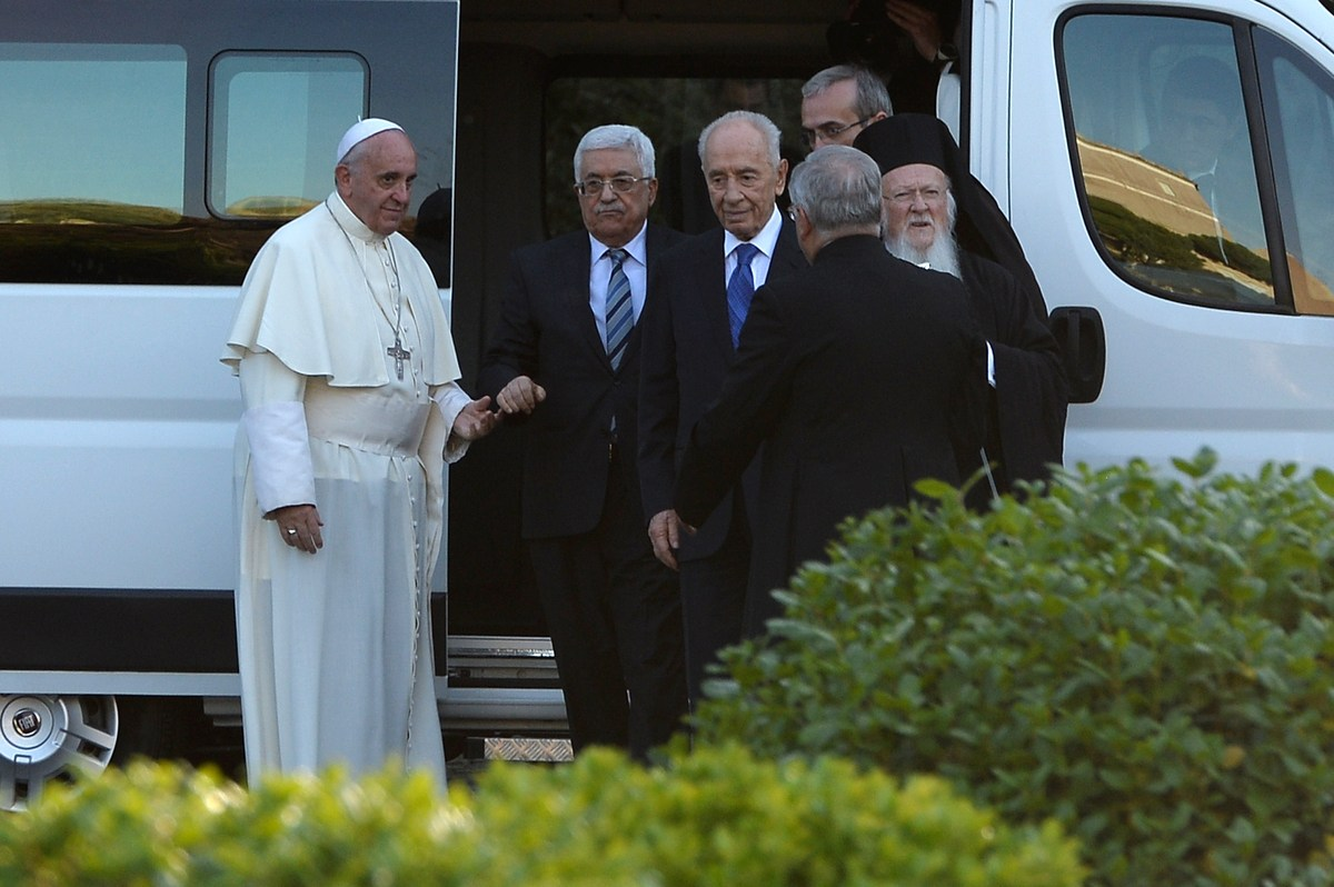 Pope Francis (L) arrives with Palestinian leader Mahmud Abbas (C) and Israeli President Shimon Peres (3rdL) for a joint peace