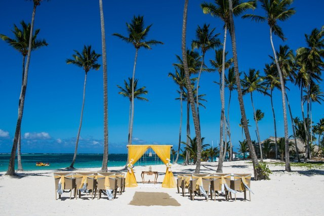 For guests, a destination wedding can cost anywhere from $1,600 to $2,500 depending on the destination and departure city, Th