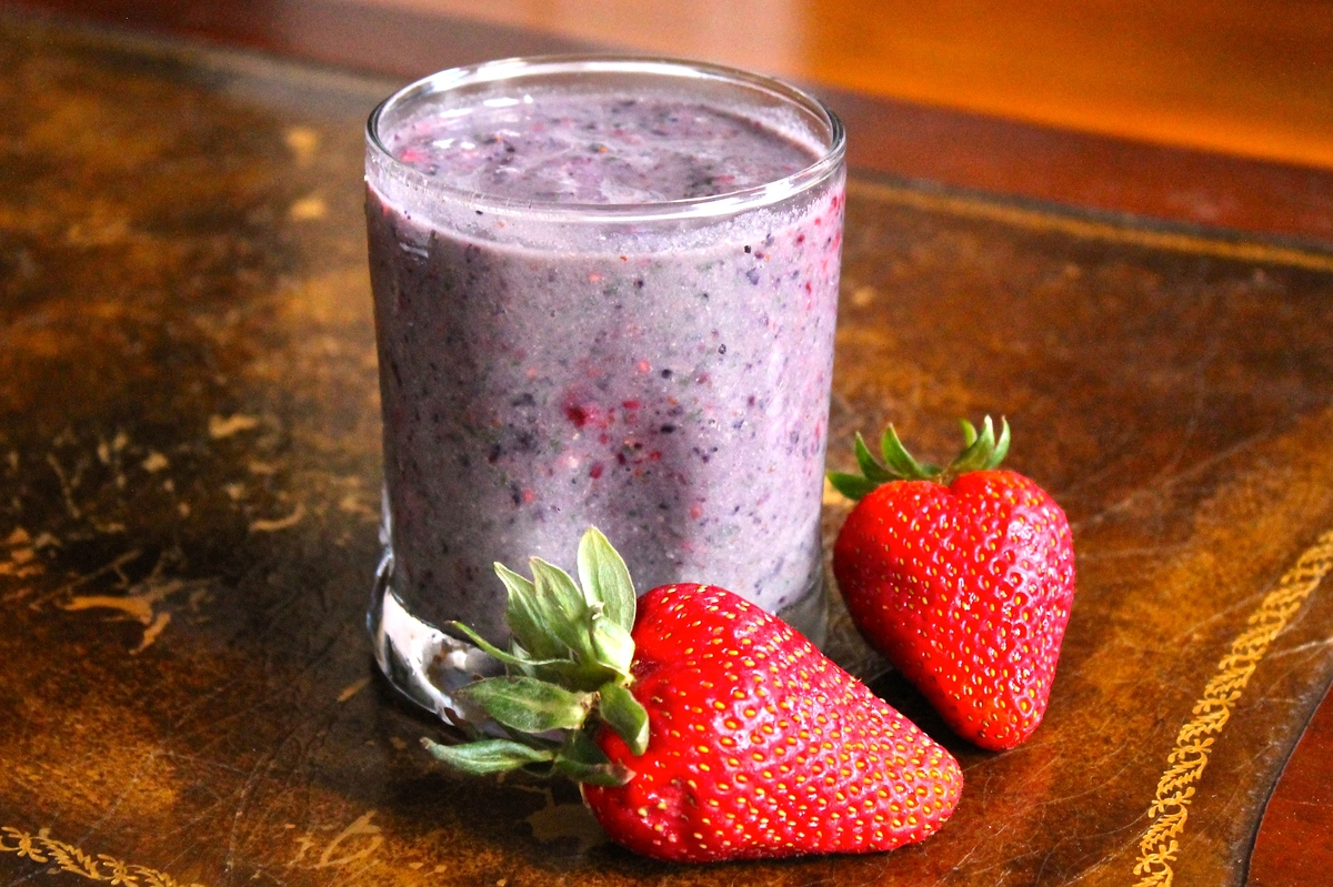 """<a href=""""http://smilesandwich.com/2014/06/05/my-favorite-banana-berry-kale-protein-smoothie/"""" target=""""_blank"""">Get the recipe"""