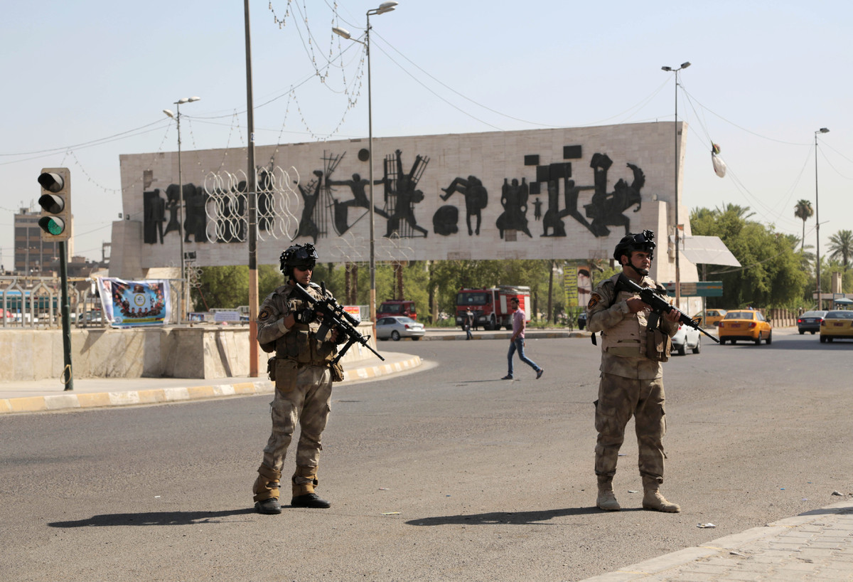 Iraqi soldiers stand guard in Tahrir Square in Baghdad, Iraq, Monday, June 16, 2014. (AP Photo/Khalid Mohammed)