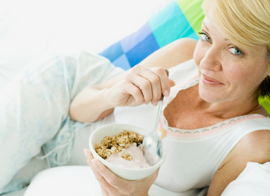 Protein helps wake you up, stay focused and revs your metabolism. The best breakfast food is non-fat Greek yogurt, which is b