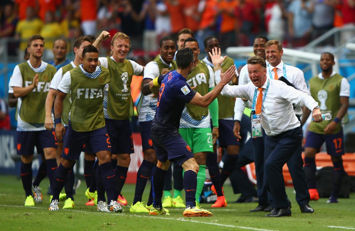 サルバドール、ブラジル - 6月13日: グループB、対スペイン戦にて前半に同点弾を挙げ喜ぶオランダ代表 (写真中央) のロビン・ファン・ペルシとルイス・ファン・ハール監督 (写真右)。2014年FIFAワールドカップ・ブラジル大会、アレーナ・フォン