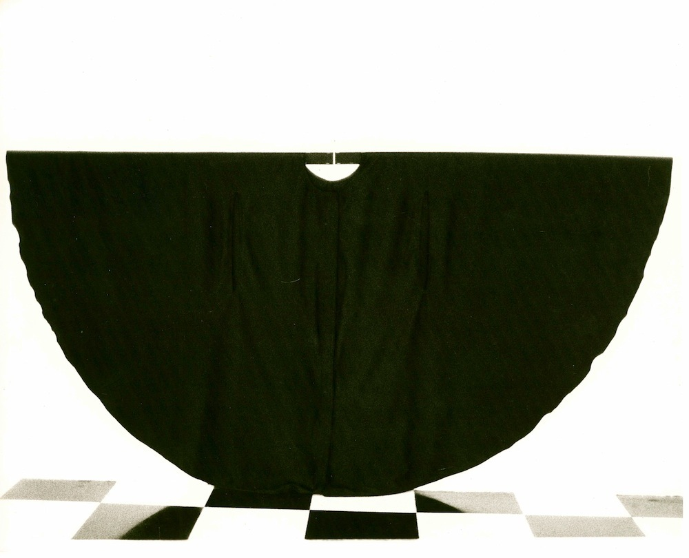 """Martha Araújo. Registro fotográfico da performance/instalação """"Hábito Habitante"""", 1985. Photograph, 18 x 22 cm. Courtesy of t"""
