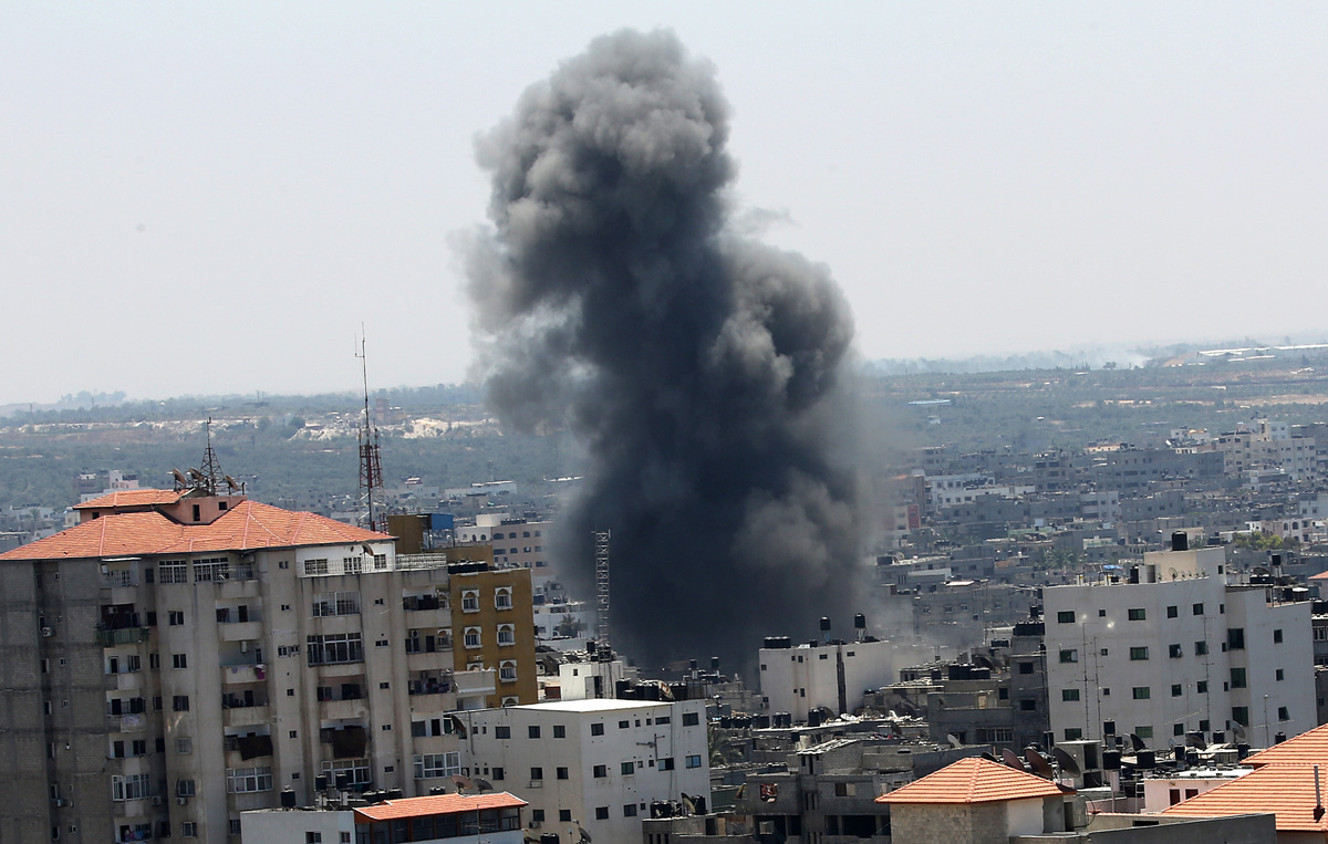 Smoke rises after an airstrike by Israeli forces in the south of Gaza City, 09 July 2014.