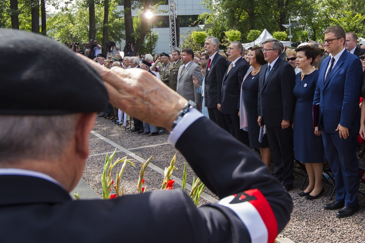 Polish President Bronislaw Komorowski (C) takes part in ceremonies marking the 70th anniversary of beginning of Warsaw Uprisi