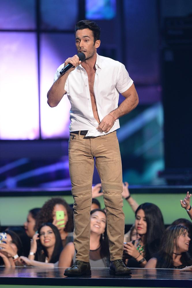 Aarón Díaz se desnudó en pleno escenario de Premios Tu