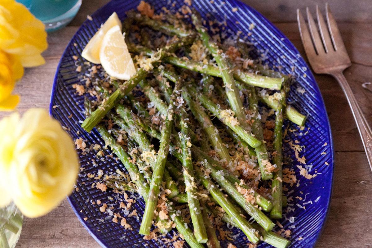 "<strong>Get the <a href=""http://whatsgabycooking.com/lemon-panko-parmesan-asparagus/#.U_92rWRdU01"" target=""_blank"">Lemon Pank"
