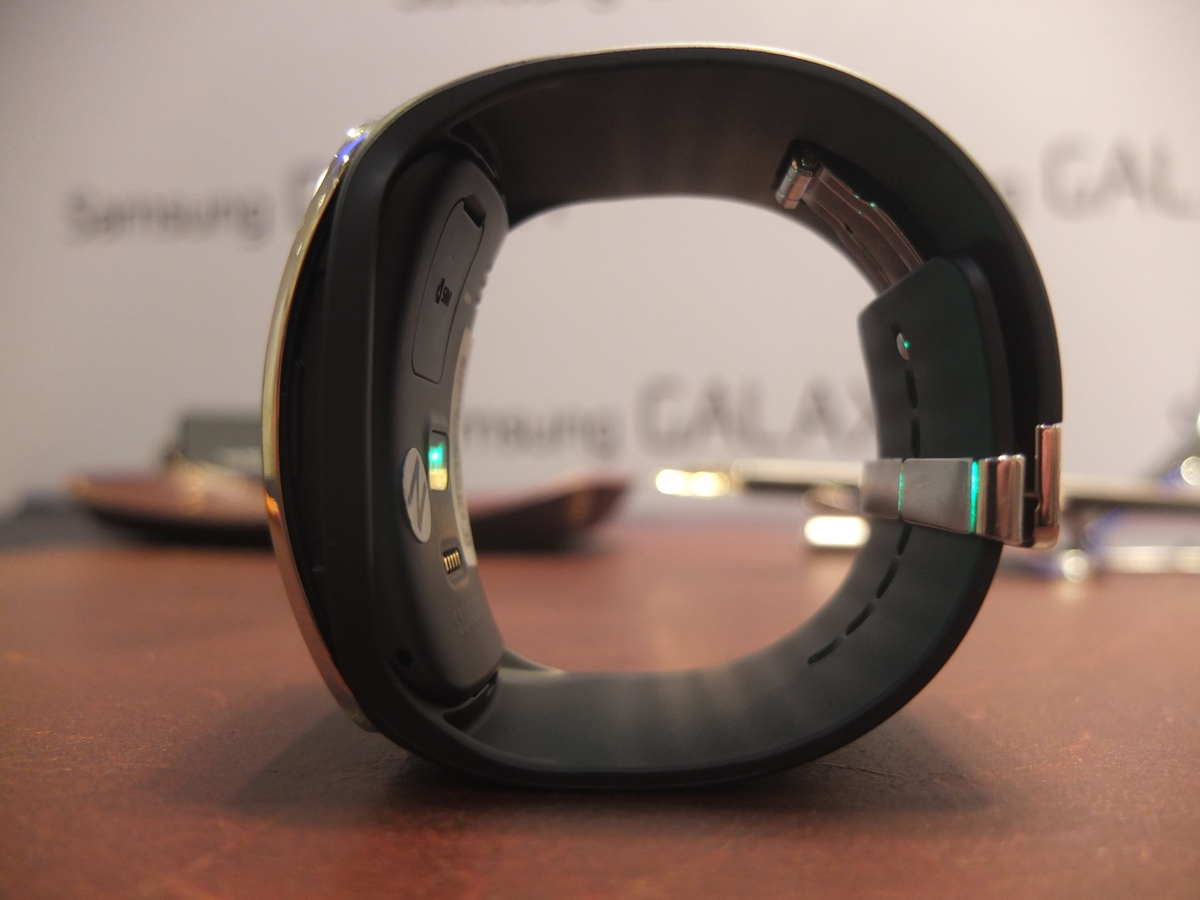 A side view of the Gear S shows the relatively thick form factor hiding under the screen.