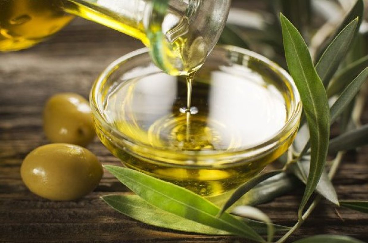 "<a href=""http://www.thedailymeal.com/your-olive-oil-rancid"" target=""_hplink"">Olive oil has a relatively</a> low smoke point a"
