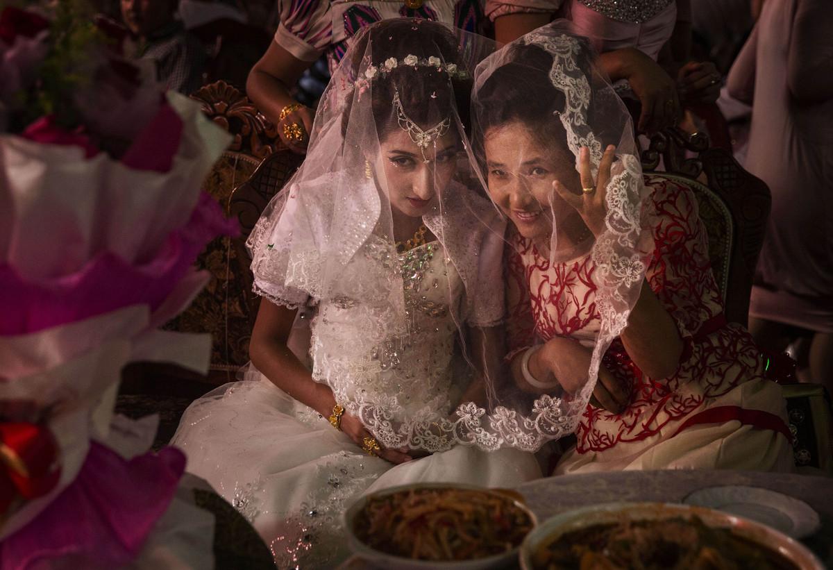A Uighur bride talks with a friend at her  wedding celebration on August 2, 2014 in Kashgar, Xinjiang Uyghur Autonomous Regio