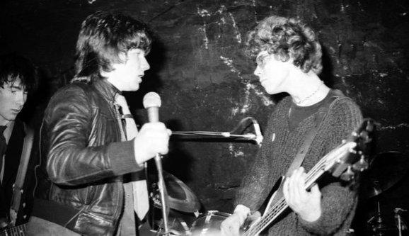 Foto de ensaio fotográfico durante show da banda no início da carreira.