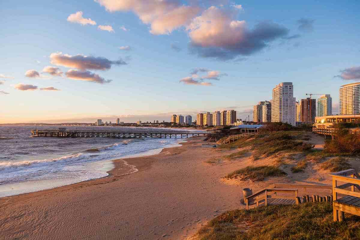 Sí, hay temporadas altas (léase: caras) en la costa del país, pero la escena de playa aquí está a la moda, y Montevideo es tr