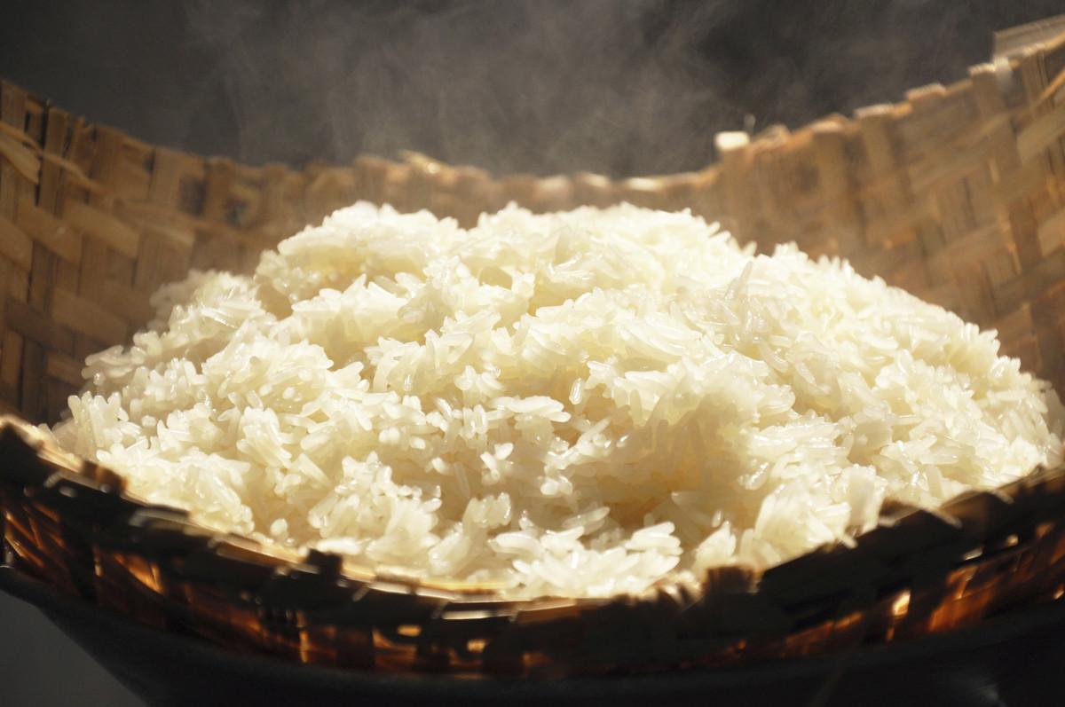 """Gạo nếp <a href=""""http://www.wisegeek.com/what-is-glutinous-rice.htm"""" target=""""_hplink""""> yêu cầu ít nước hơn </a> để nấu ăn tha"""