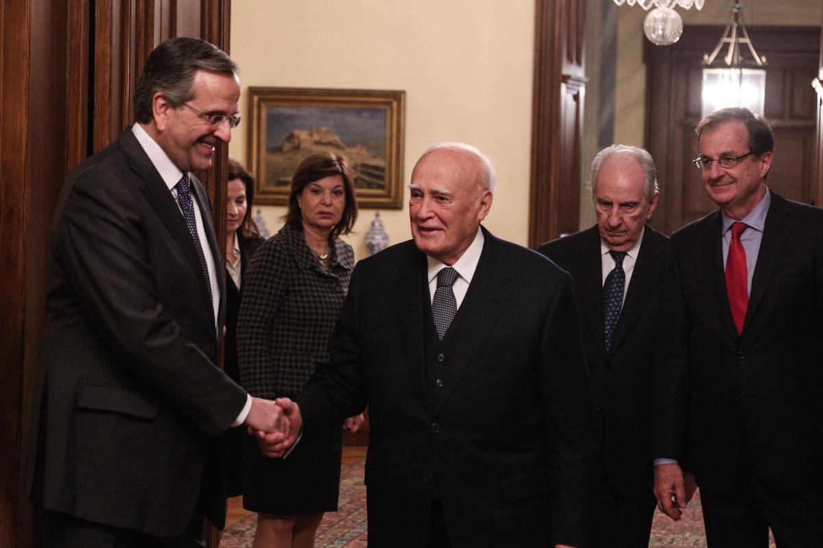 Θερμή χειραψία αντάλλαξαν ο πρωθυπουργός Αντώνης Σαμαράς με τον πρόεδρο της Δημοκρατίας Κάρολο Παπούλια