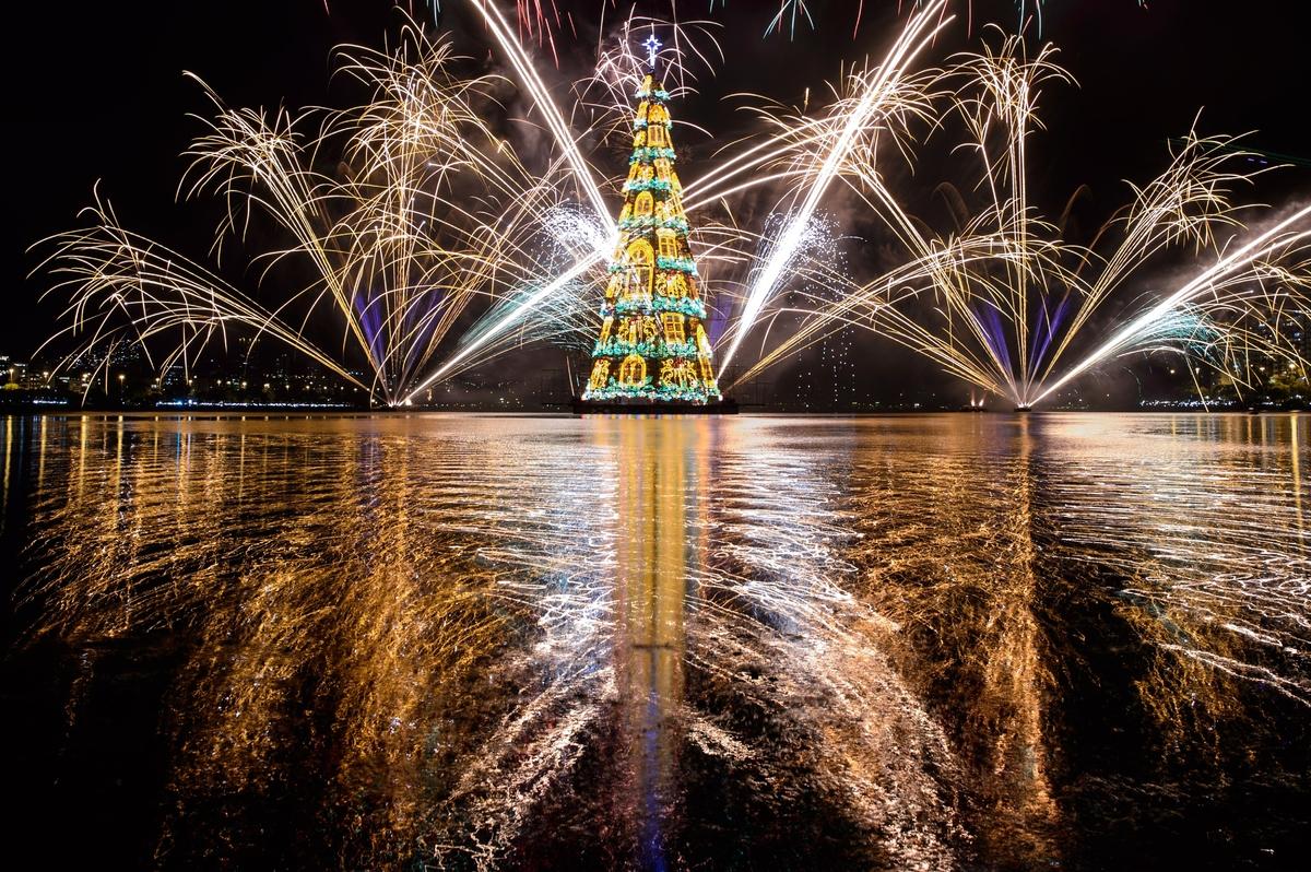ブラジルのリオデジャネイロにある「ロドリゴ・デ・フレイタス湖」には、高さ85メートルのクリスマスツリーが浮かぶ。水に浮かぶクリスマスツリーとしては世界で最も背が高いとして、ギネス世界記録に認定されている。2014年11月29日の夜に行われた点灯式は今