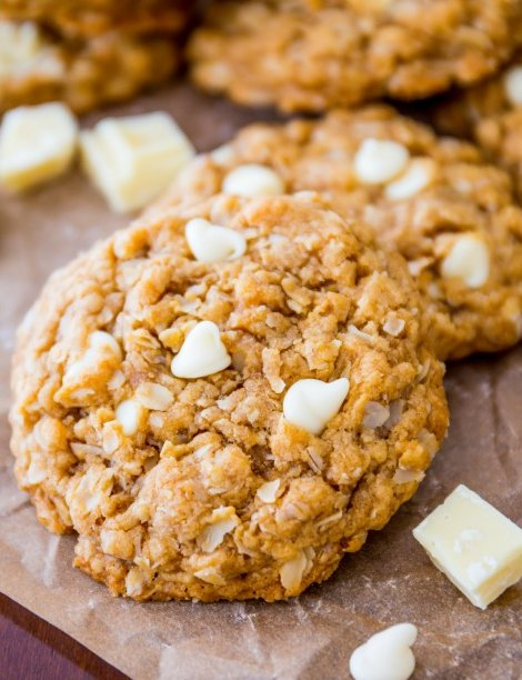 """<strong>Get the <a href=""""http://sallysbakingaddiction.com/2013/11/20/biscoff-white-chocolate-oatmeal-cookies/"""" target=""""_blank"""