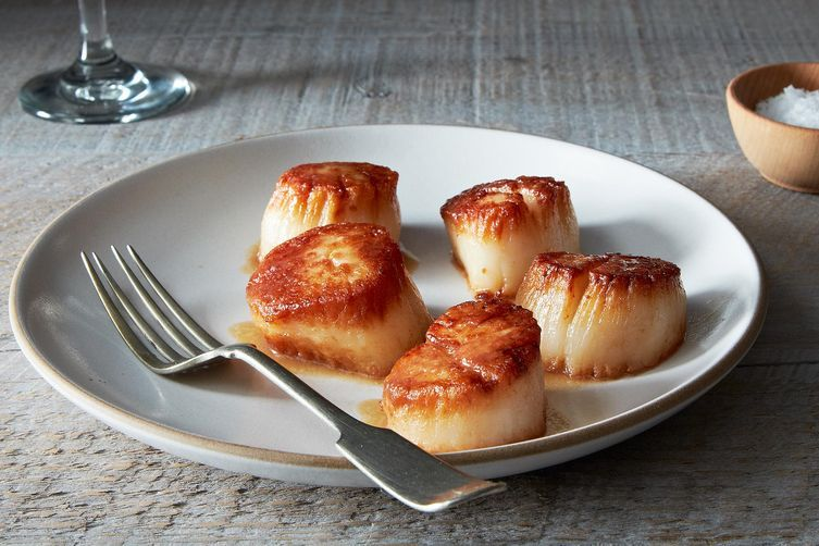 "<strong>Get the <a href=""http://food52.com/recipes/28301-tom-colicchio-s-pan-roasted-sea-scallops-with-scallop-jus"" target=""_"