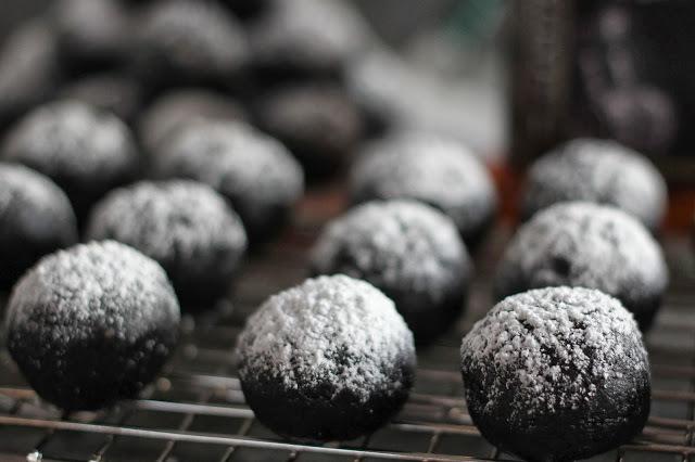 "<strong>Get the <a href=""http://arcticgardenstudio.blogspot.com/2013/12/double-chocolate-bourbon-balls.html"" target=""_blank"">"