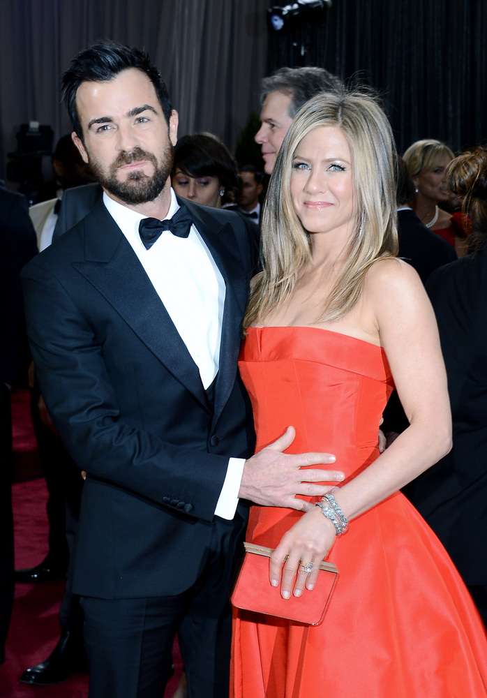 HOLLYWOOD, CA - FEBRUARY 24:  Actors Justin Theroux and Jennifer Aniston arrive at the Oscars at Hollywood & Highland Center