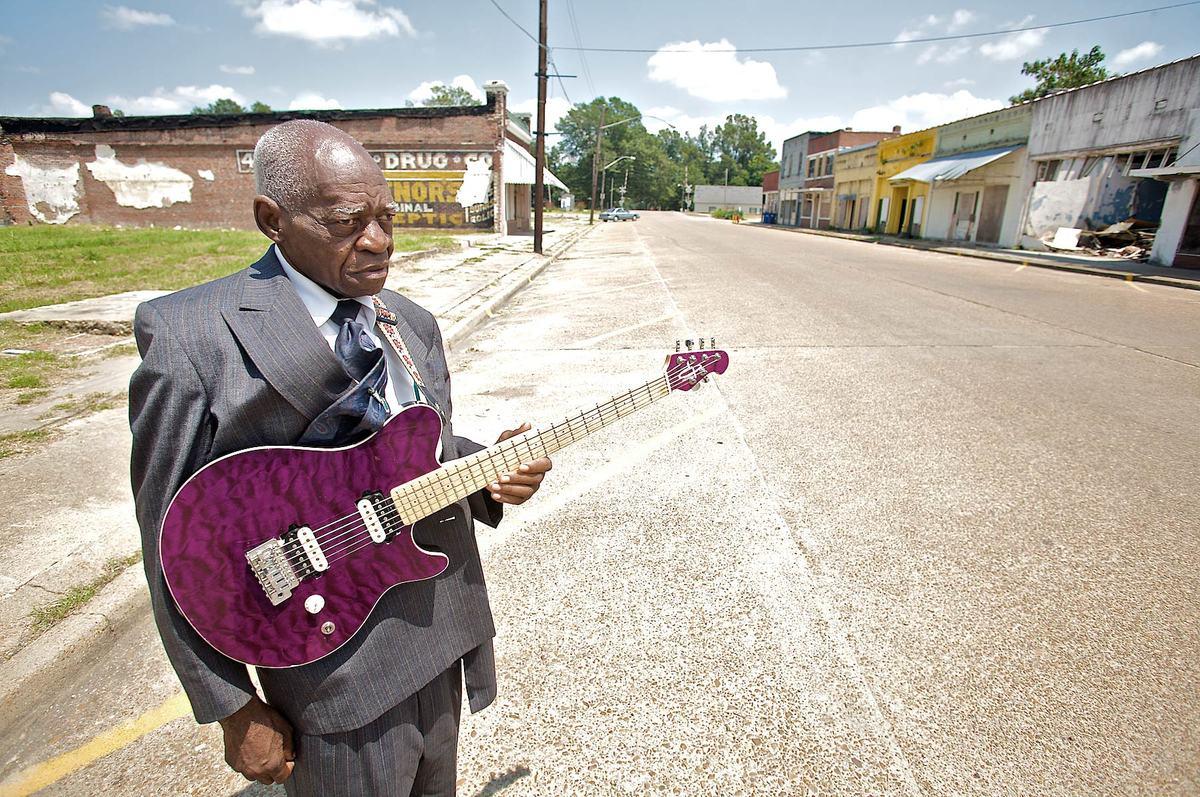 블루스맨 조니 빌링톤 씨. 미시시피 램버트에 있는 그의 블루스 아카데미 앞에서.