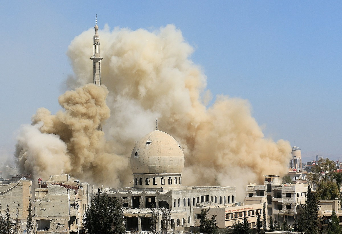 Smoke rises from the Dareyya district after a Syrian Air Force barrel bomb attack in Damascus, Syria, on March 6, 2015.