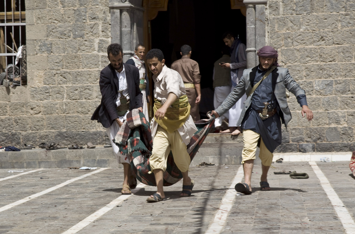 Yemenis carry a body of a man killed in a bomb attack in a mosque in Sanaa, Yemen, Friday, March 20, 2015. (AP Photo/Hani Moh