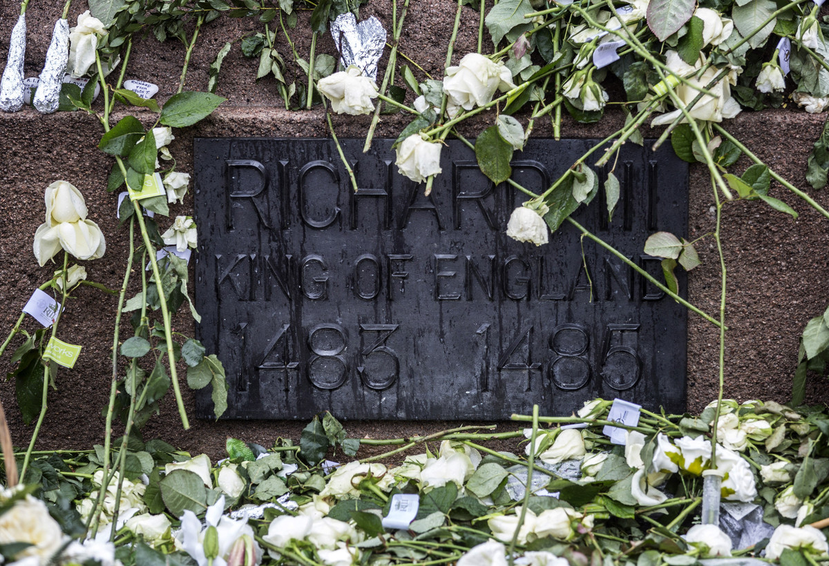 LEICESTER, ENGLAND - MARCH 23: White roses sit at the base of a statue of King Richard III as his coffin sits in repose insid