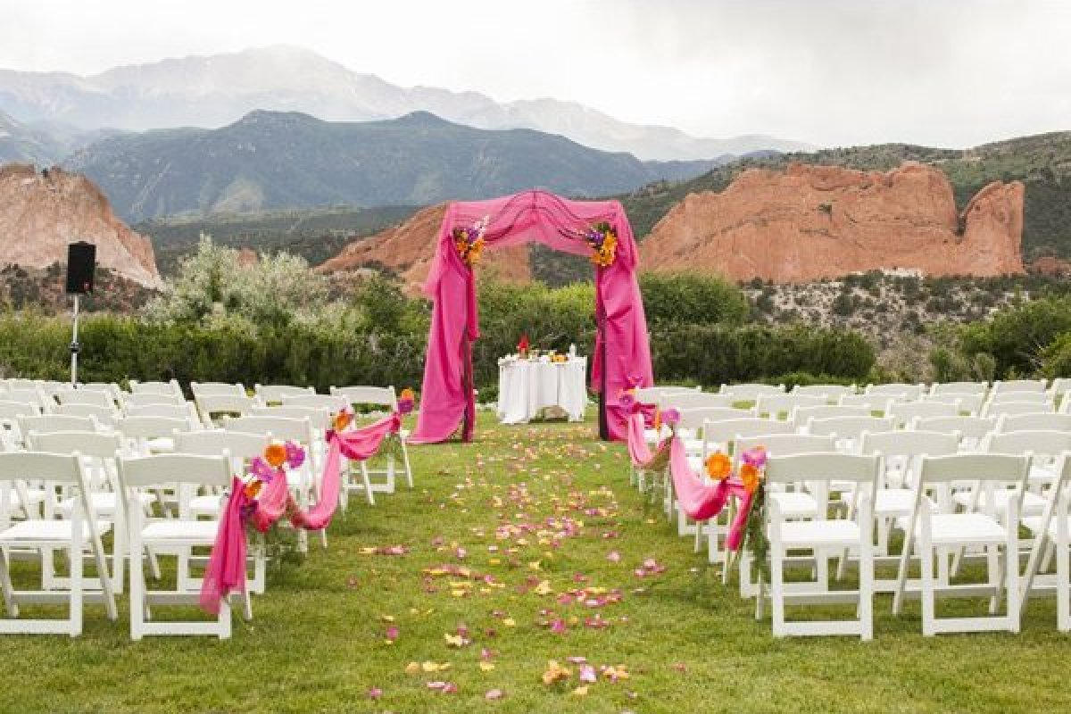 Gorgeous Wedding Ceremonies: 100 Beautiful Outdoor Spaces For The Wedding Ceremony Of