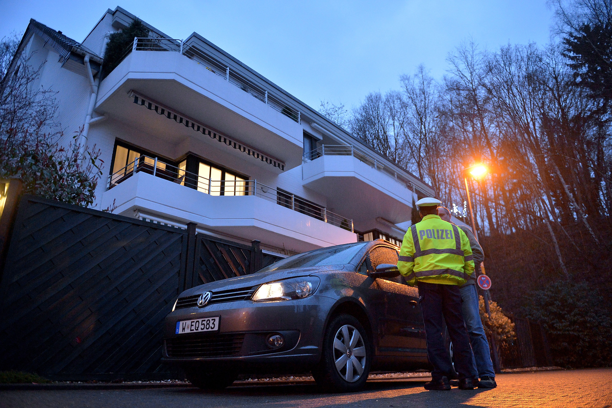 DUESSELDORF, GERMANY - MARCH 26:  Police stand in front of the residence of Andreas Lubitz, the co-pilot on Germanwings fligh