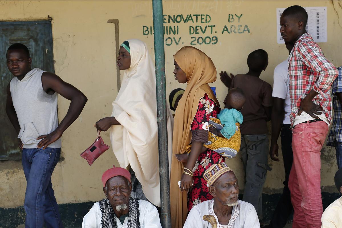 Nigerians wait to register before voting in Rejeina, Nigeria, March 28, 2015.