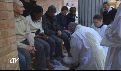 Pope Francis washes the feet of prisoners on Holy Thursday, 2015.
