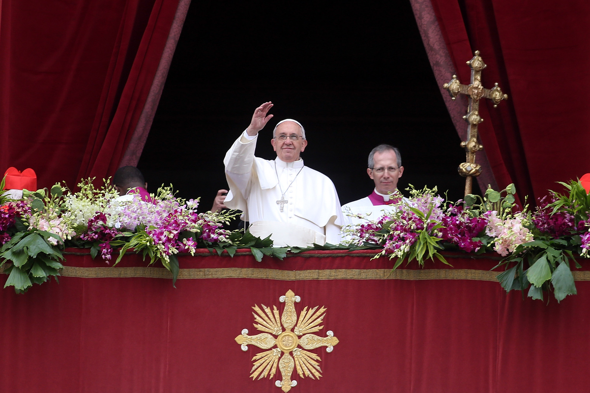 VATICAN CITY, VATICAN - APRIL 05:  Pope Francis waves to the faithful as he delivers his 'Urbi et Orbi' blessing message from