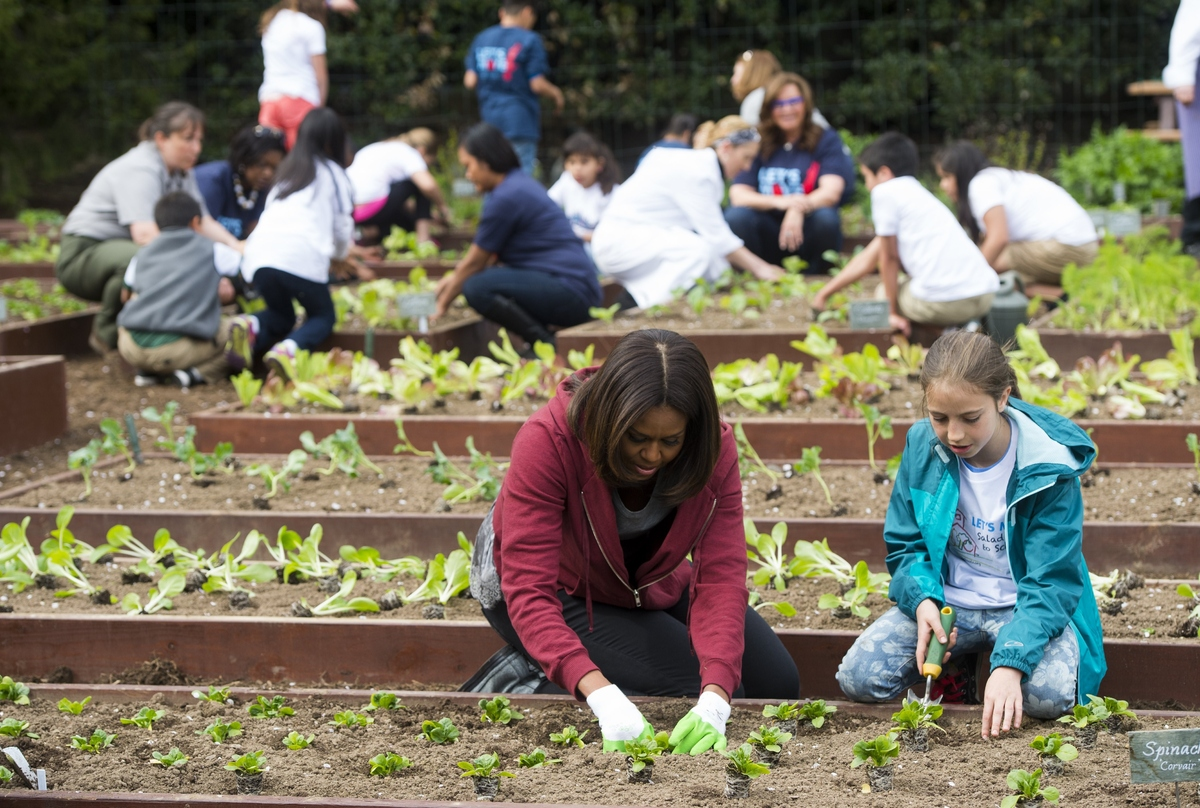 Michelle Obama Plants Vegetables With A Bunch Of Cute Kids In The White House Garden Huffpost