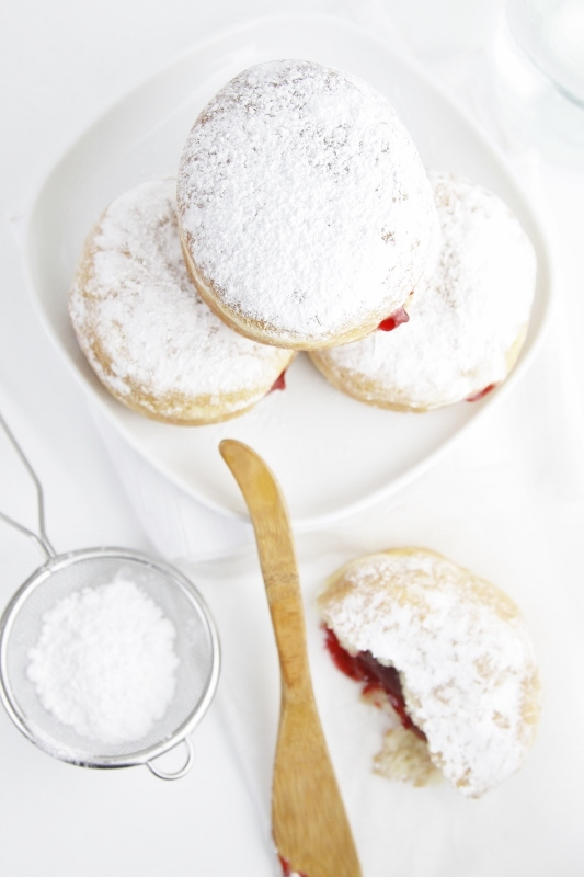 "<strong>Get the <a href=""http://www.bellalimento.com/2013/05/01/strawberry-jelly-filled-doughnuts/"" target=""_blank"">Strawberr"