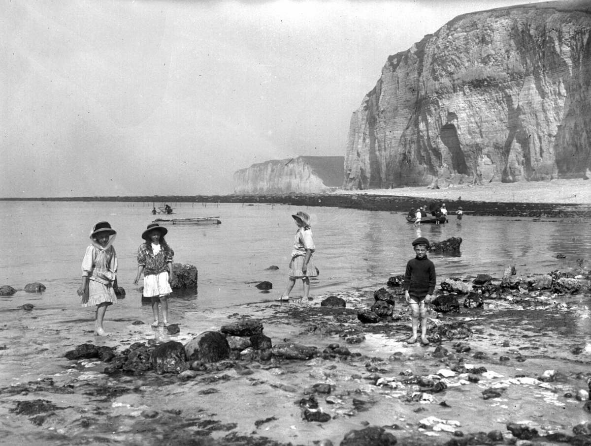 France 1909: Children in the beach. The Great Paving stones ( the Maritime Seine). (Photo by Roger Viollet/Getty Images)