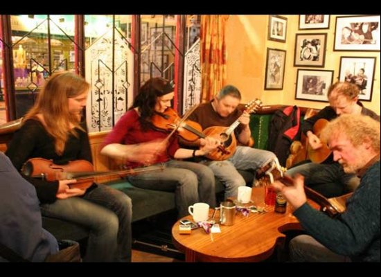 """Many pubs in Ireland schedule regular jams for traditional Irish musicians.  Bartenders generally will know when the next """"se"""