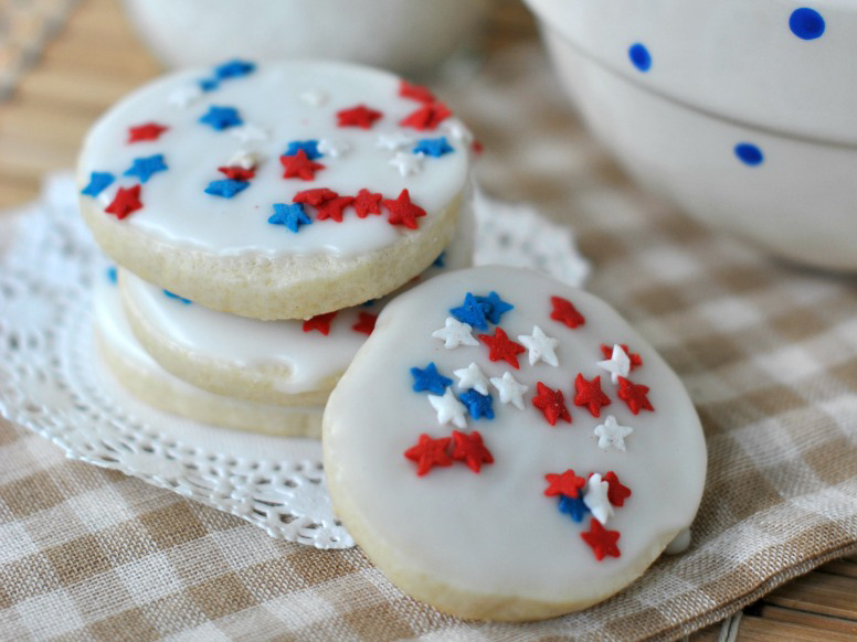 "<strong>Get the <a href=""http://www.shugarysweets.com/2013/06/red-white-and-blue-icebox-cookies"" target=""_blank"">Red, White,"