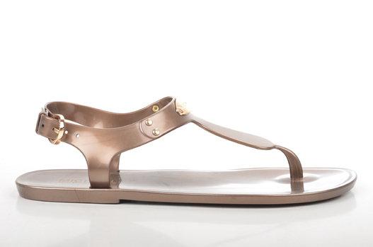 Chaussures d été  ce qu il ne faut surtout pas porter sous peine de graves  problèmes eb8bba6a5410