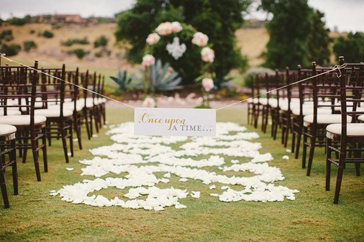 A sweet sign marks the beginning to your fairy tale love story.
