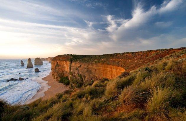 A lo largo de la ruta Great Ocean Road, una maravilla escénica de costa de piedra caliza, los Apóstoles son la cereza de un m