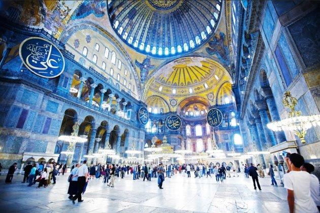 Una iglesia, una mezquita y un museo en uno, la basílica de Estambul desafía una categorización sencilla. Fue construida hace