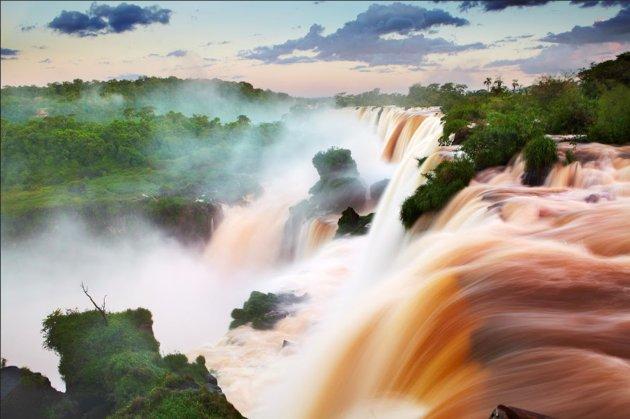 El nombre guaraní, Agua Grande, es una enorme subestimación: estas caídas de agua son tan enormes, que los barcos turísticos