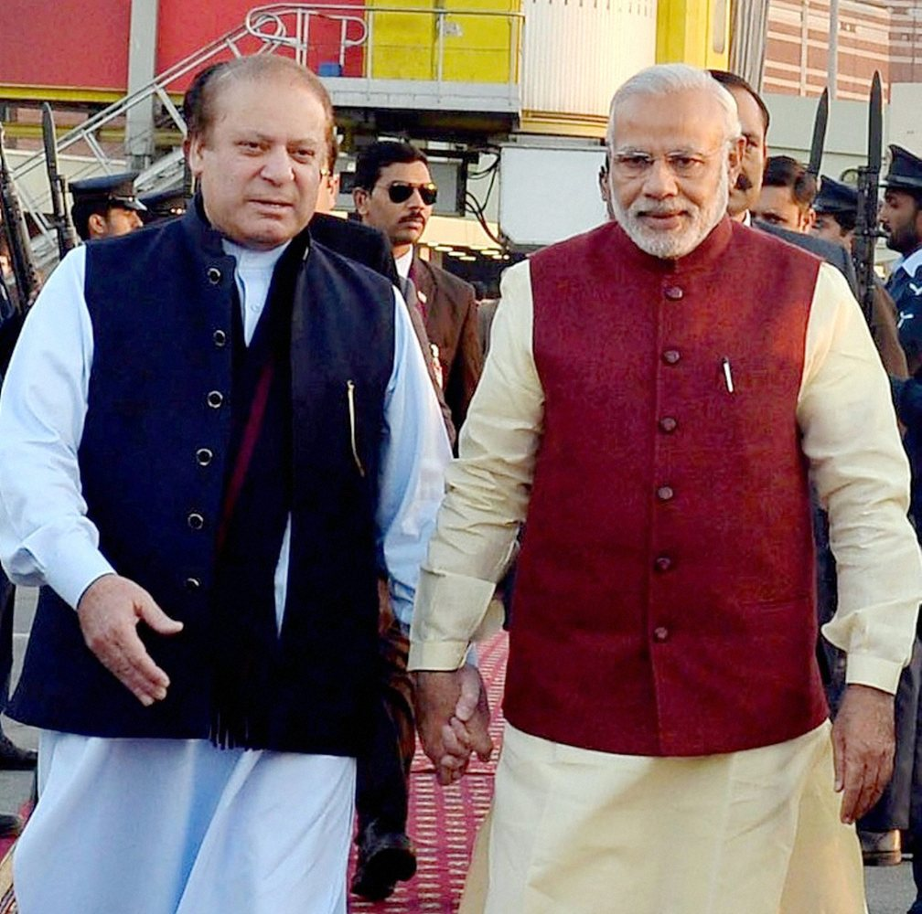 """Indian Prime Minister <a href=""""https://www.huffpost.com/entry/modi-visit-pakistan_567d5ecae4b014efe0d83168?section=india"""" tar"""