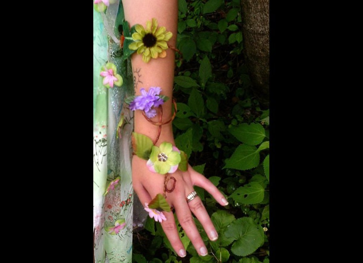 """Channel your inner woodland fairy with these whimsical arm garlands from <a href=""""https://www.etsy.com/shop/StoneTwigsAndBaub"""