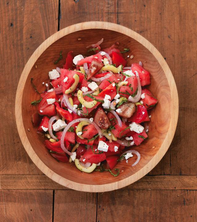 레드와인식초, 코셔소금, 통후추 간 것, 엑스트라버진 올리브유, 껍질을 벗긴 오이, 적양파, 토마토, 한입 크기로 자른 수박, 레드벨 페퍼, 프랑스 페타치즈, 민트잎 조금.  <br><strong>자세한 레시피는 <a hre