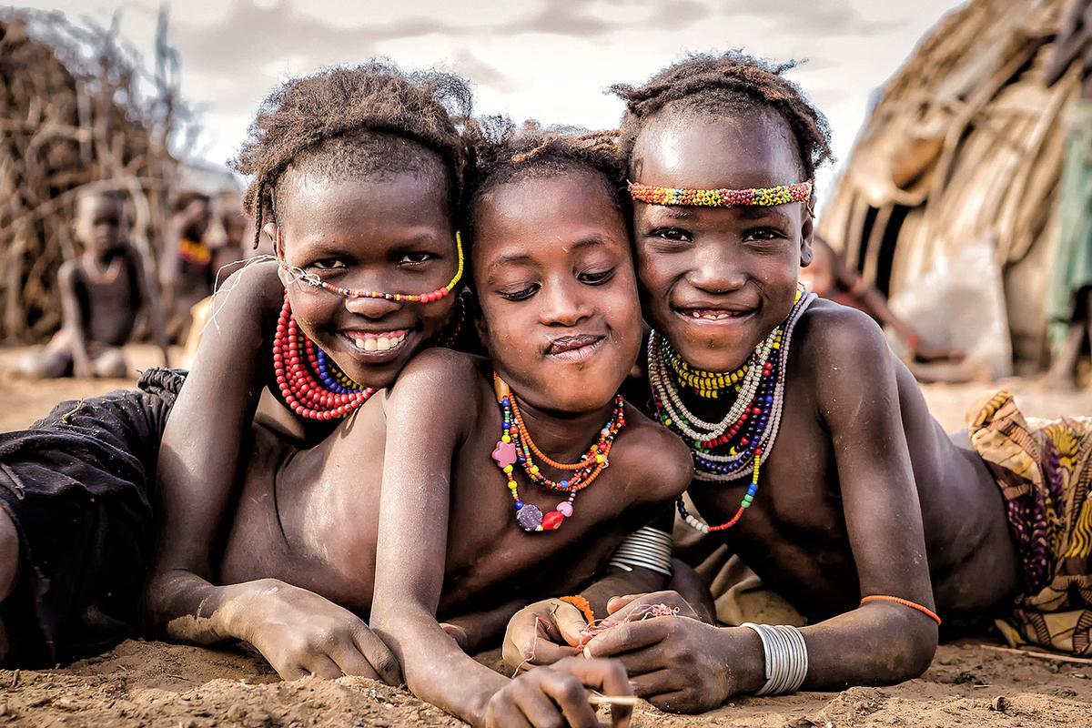 笑顔の少数民族を撮るヨシダナギ
